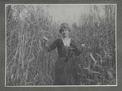 Alfons Mucha - Dívka ve vysoké trávě