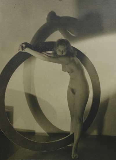 Josef Větrovský - Dívčí akt s kruhem